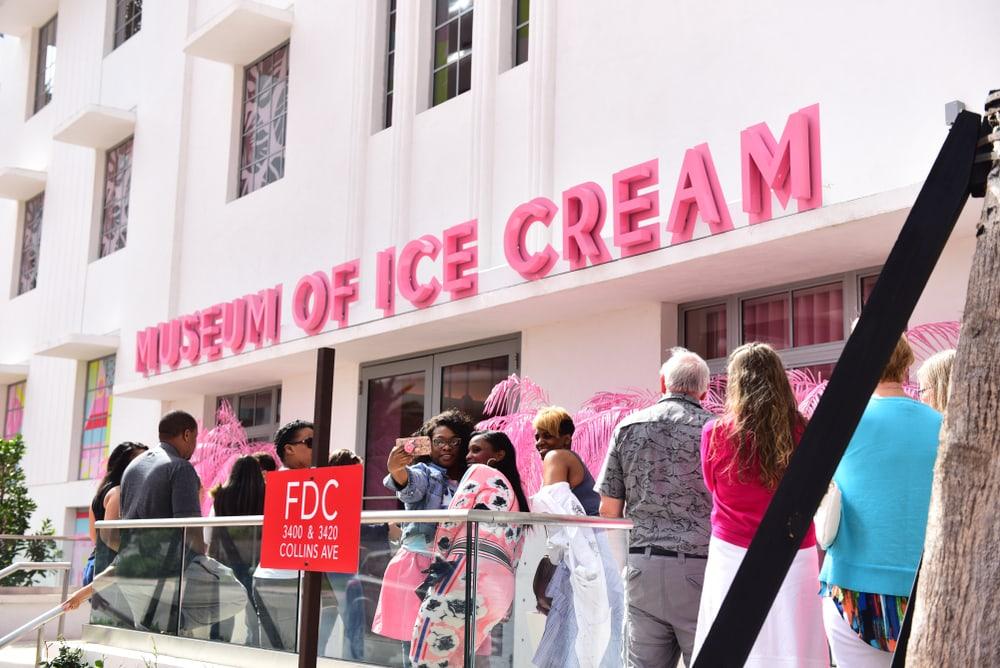 Viele Menschen versammelt vorm Museum of ice cream