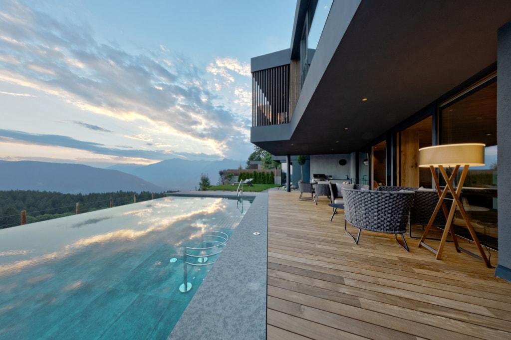 Infinity-Pool in einer Bergvilla im Hotel Chalet Mirabell