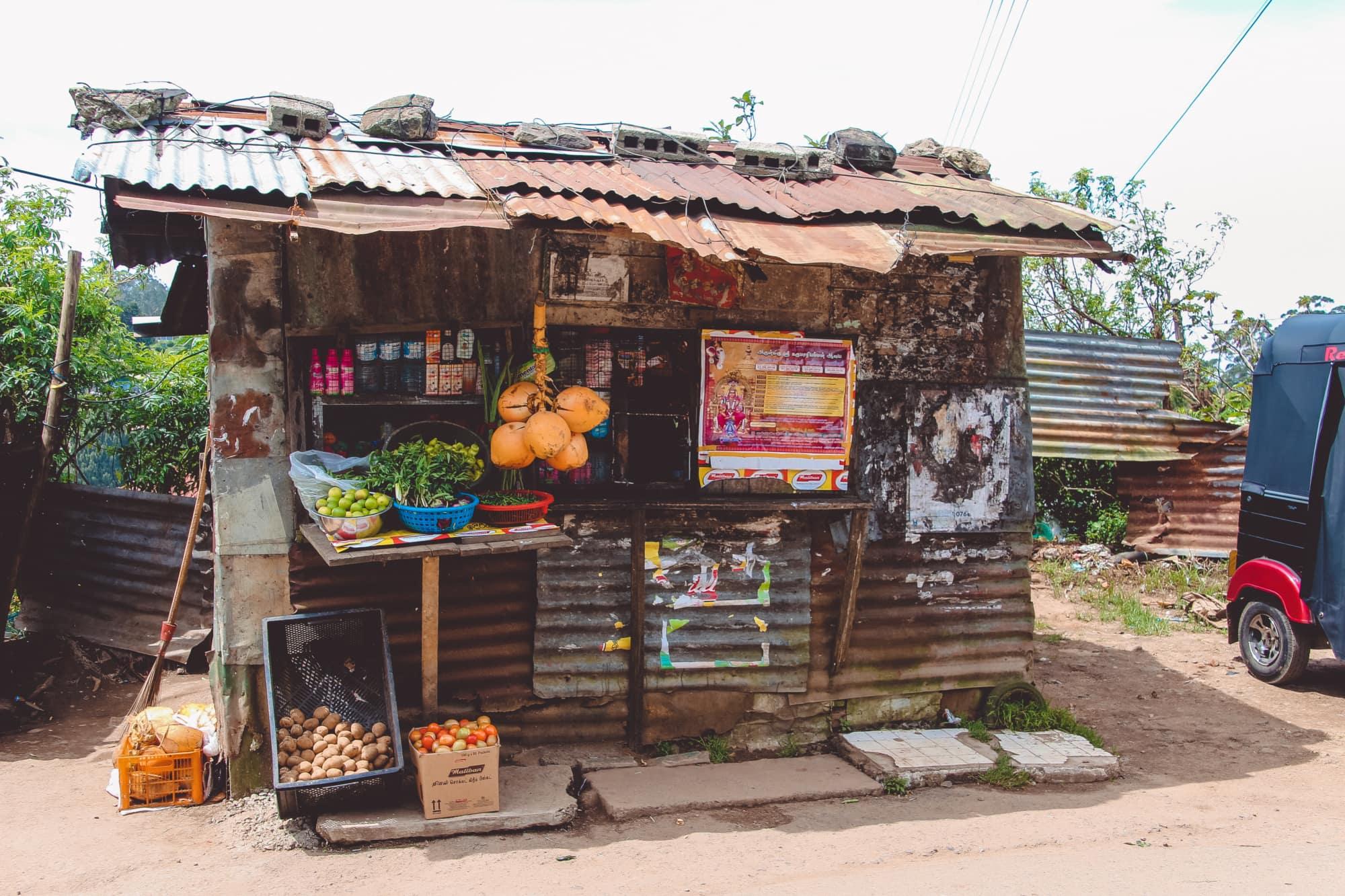An Straßenständen auf Sri Lanka werden Kokosnüsse, Süßigkeiten und Getränke verkauft