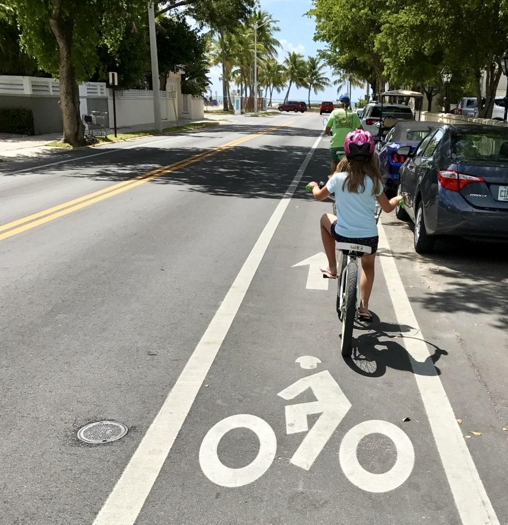 Fahrradfahren auf Key West: Kind fährt Fahrrad auf Straße auf Key West