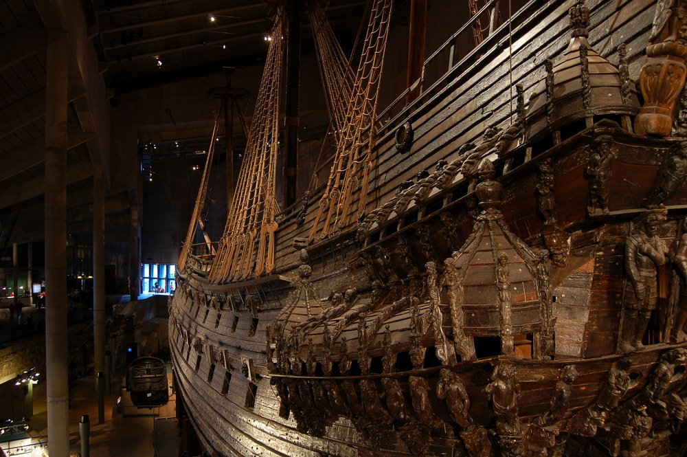 Altes Schlachtschiff in dunklem Raum