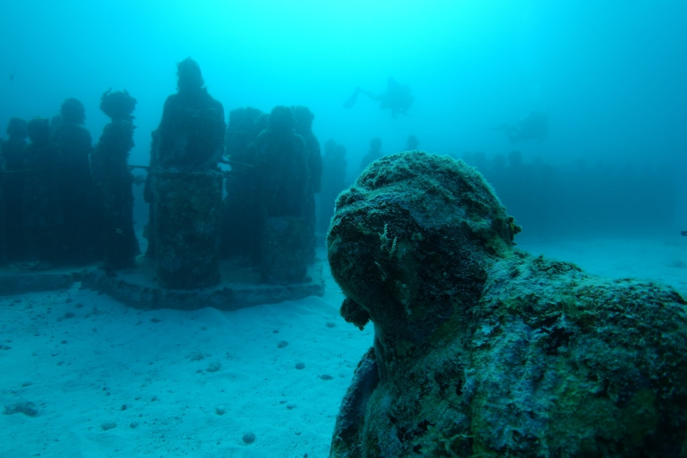 Statuen unter Wasser im Ozan