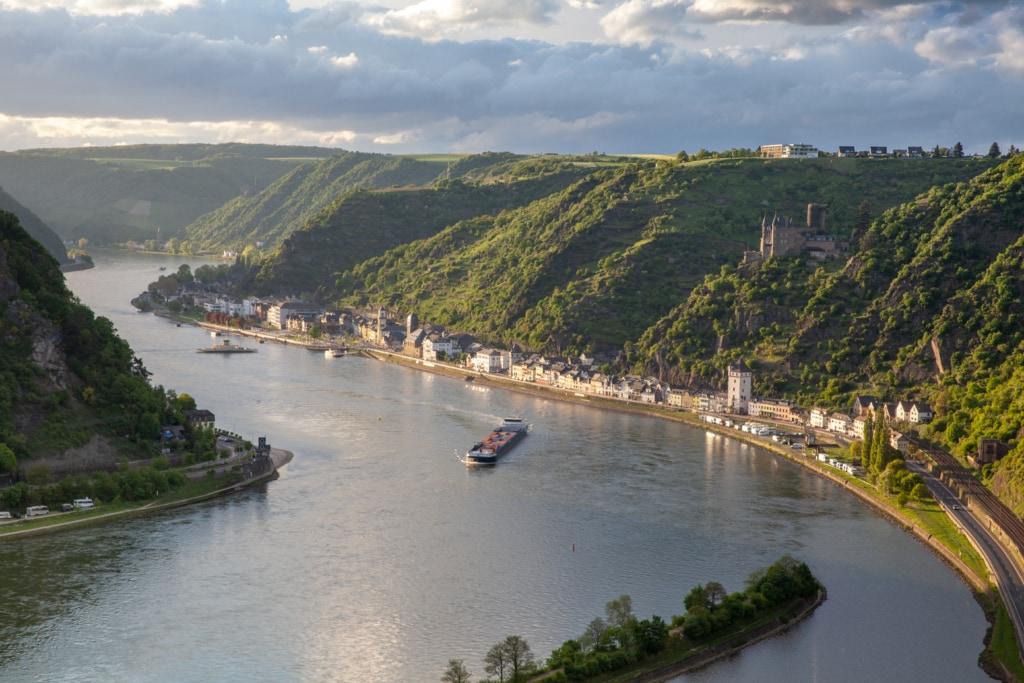 Am Rheintal zwischen Koblenz und Bingen befinden sich nicht nur 40 Burgen beieinander, auch der berühmte Loreley-Felsen thront über dem Fluss.