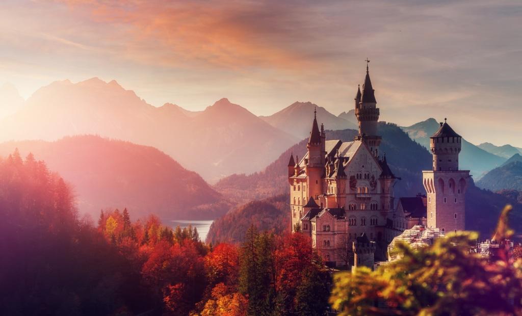 Das Schloss Neuschwanstein thront eindrucksvoll über Füssen im Allgau.