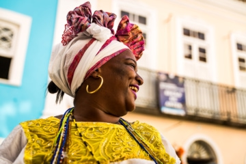 Frau in traditioneller Kleidung in Salvador da Bahia