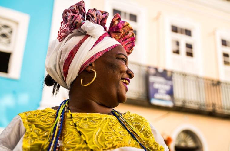 Frau in traditioneller Kleidung in Salvador da Bahia