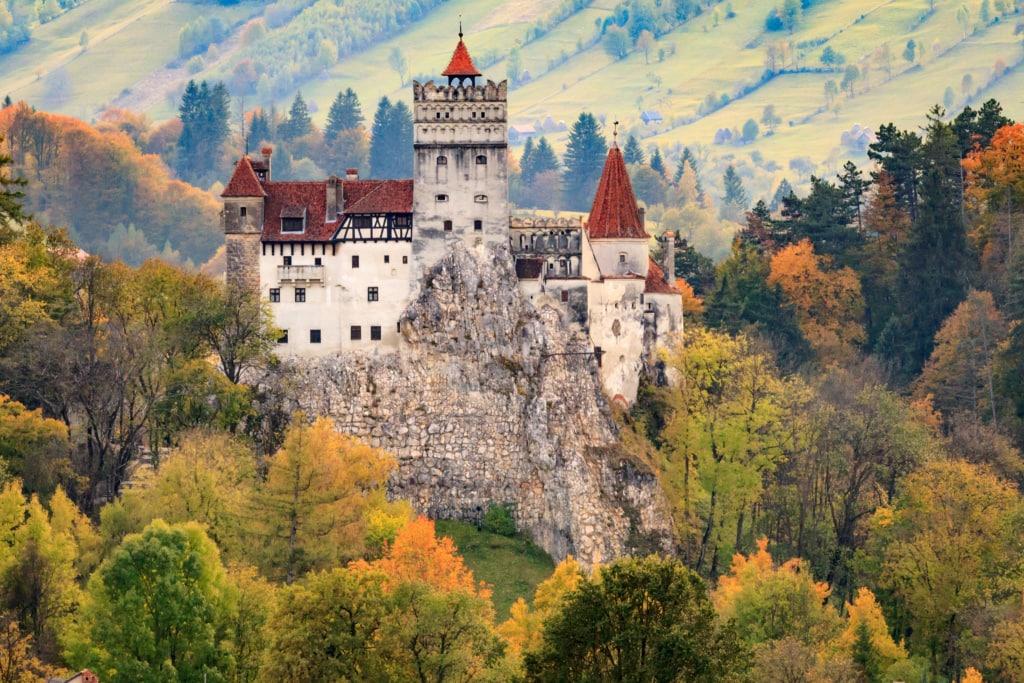 Das Schloss Bran in Rumänien ist auch als das Schloss aus Dracula bekannt.