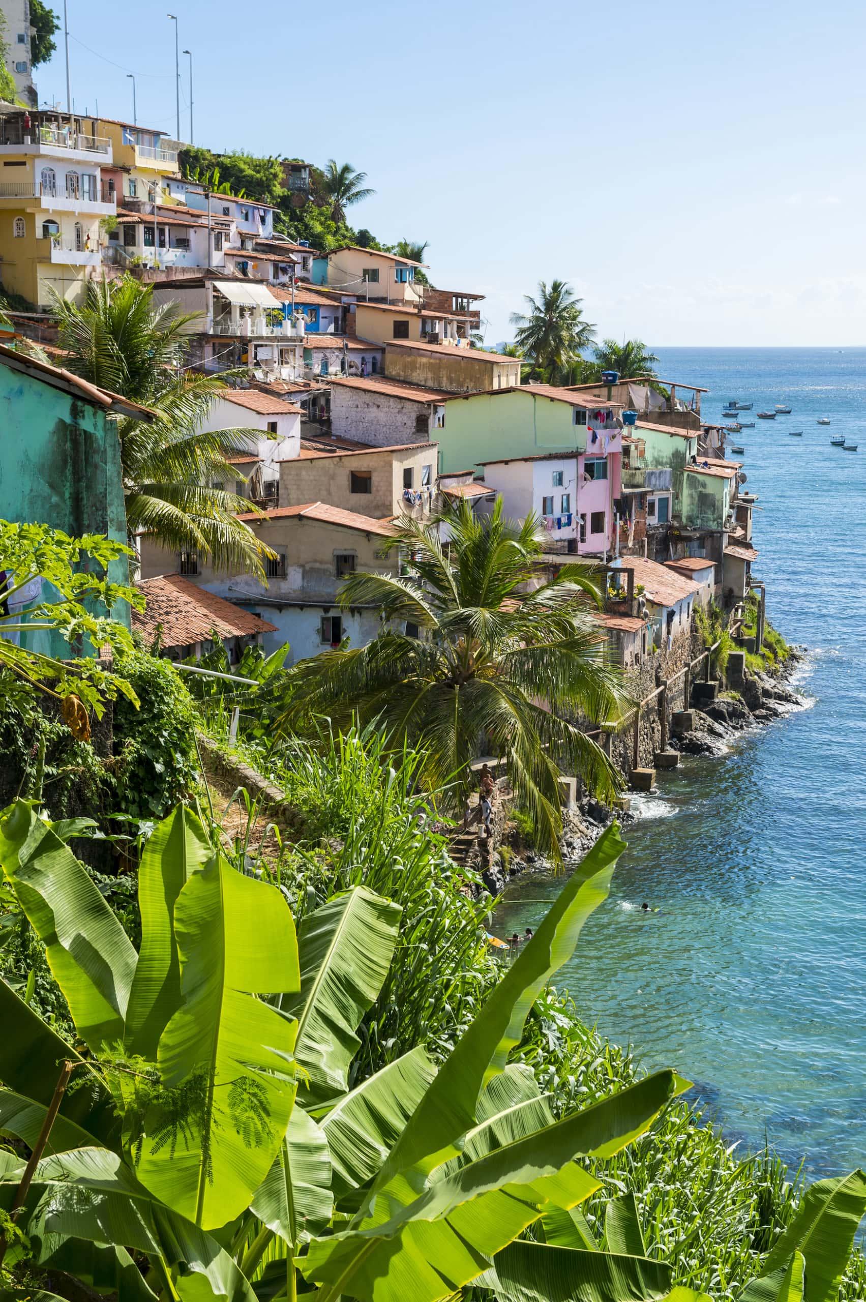 Farbenfrohe Favela-Architektur am Hang der Gemeinde Solar do Unhao mit Blick auf die Allerheiligenbucht in Salvador, Bahia, Brasilien