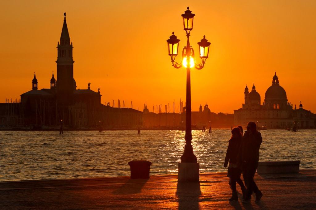 Der Sonnenuntergang an der Lagune in Venedig ist Kitsch pur, wir zeigen euch wo er am schönsten ist.