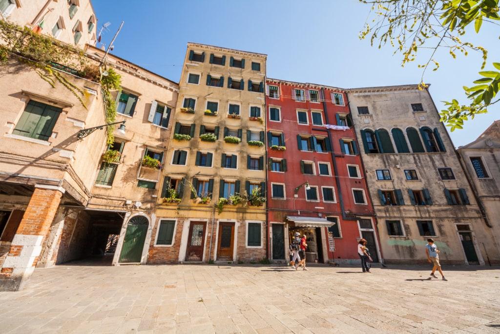 In dem ehemaligen jüdischen Ghetto von Venedig herrscht heute authentisch venezianisches Treiben.