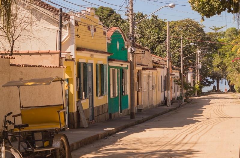 Kleine urige Häuser in verschiedenen Farben auf lehmstraße