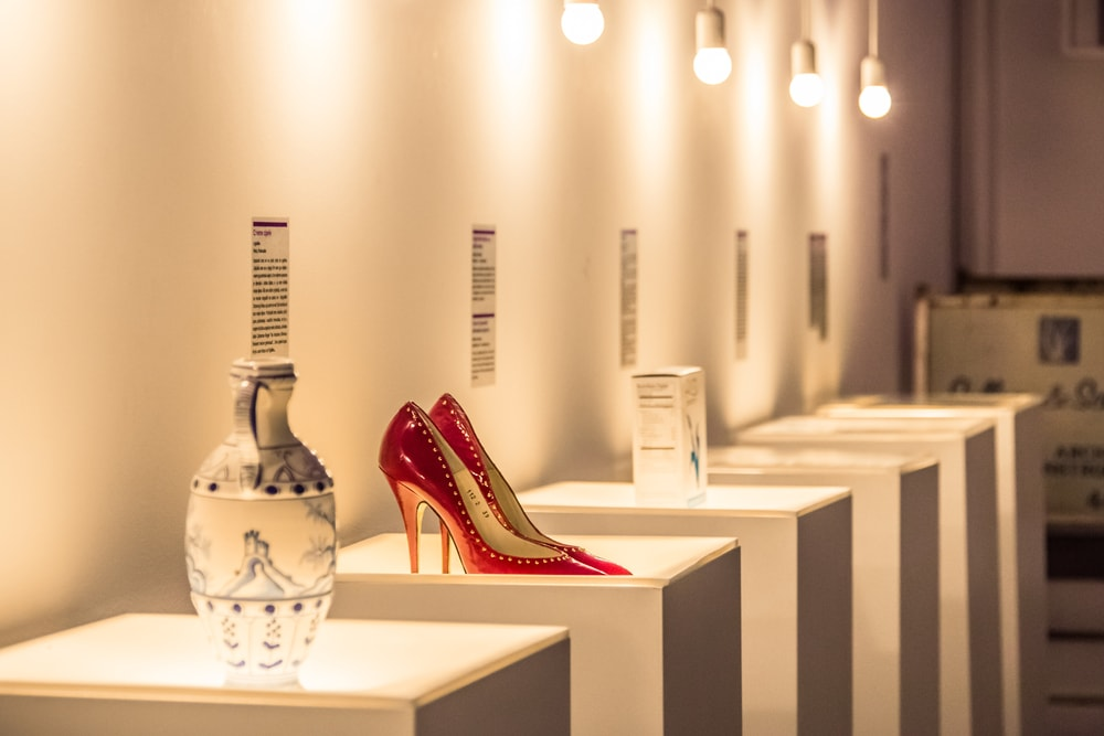 Porzellanvase, Schuhe und weitere Ausstellungsstücke