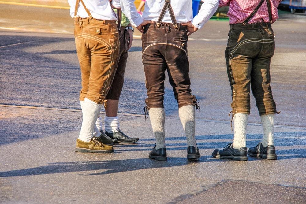 drei Männer von hinten in Lederhosen und Trachtschuhen