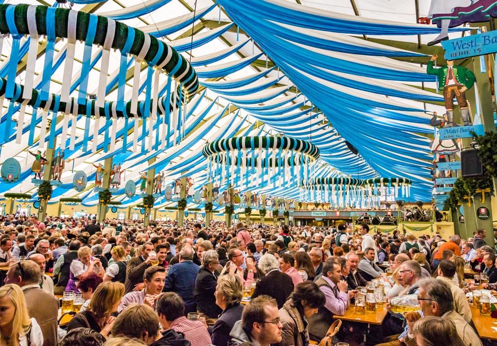Wiesnzelt des Oktoberfestes mit tausenden Menschen