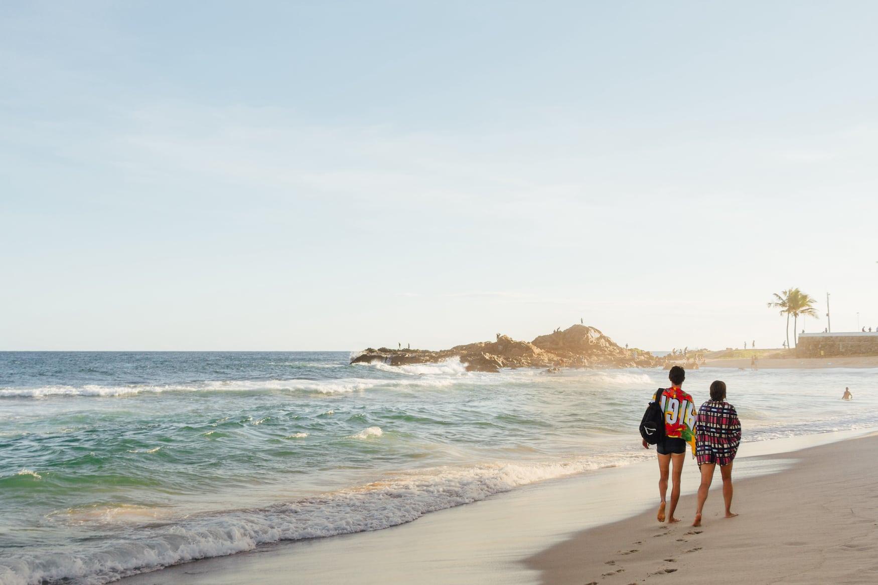 Menschen spazieren am Strand von Salvador in Brasilien