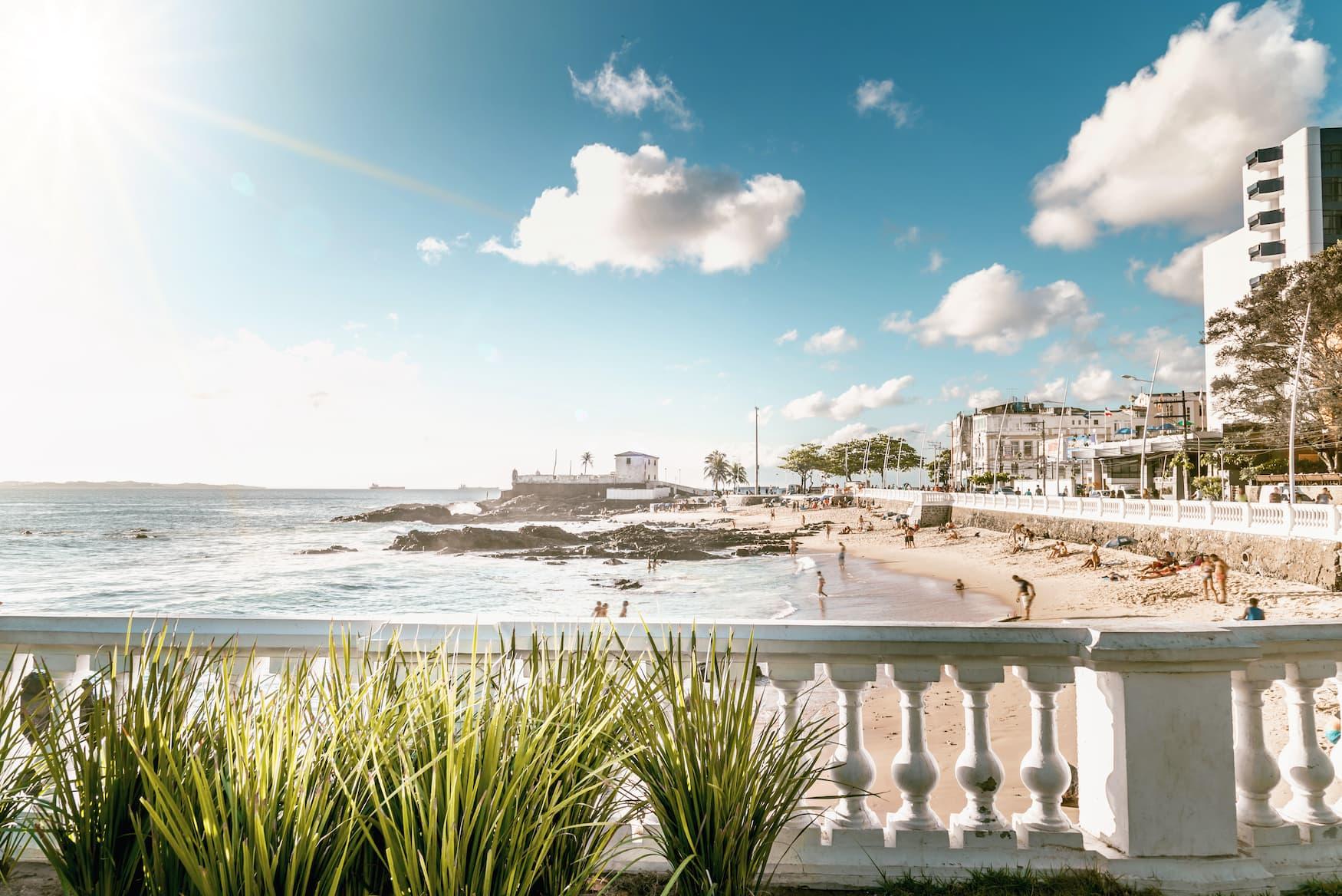 Stadtstrand in Salvador da Bahia bei Sonnenschein
