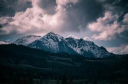 Dunkle Berglandschaften