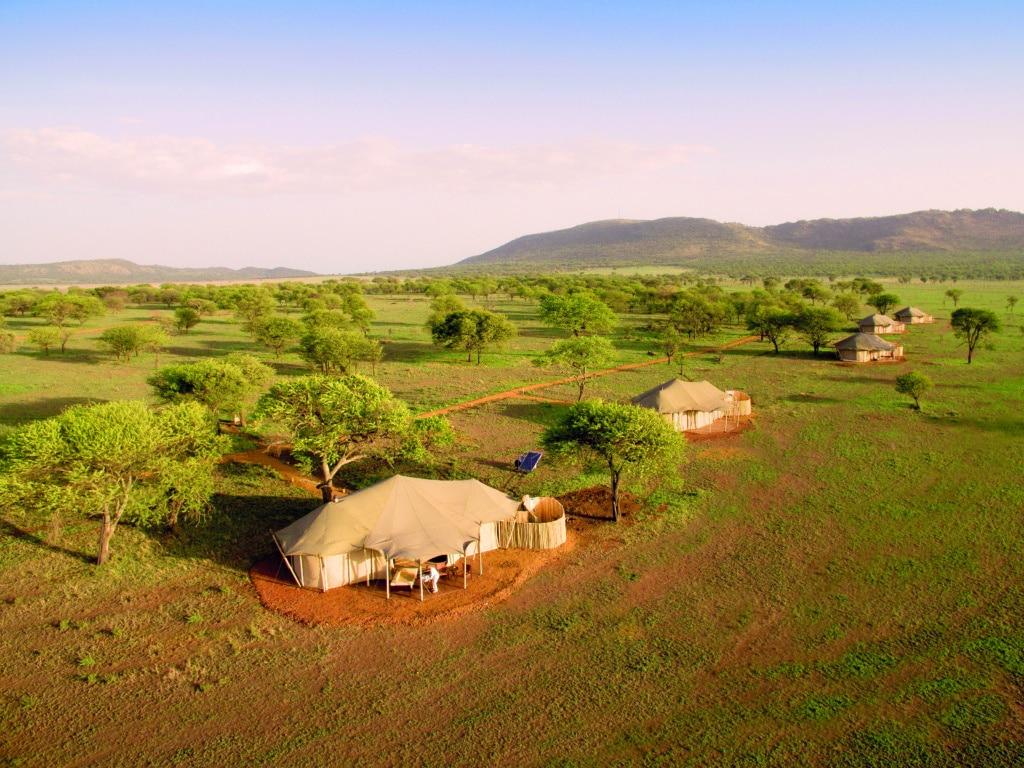 Insgesamt 13 Luxuszelte schmiegen sich an die Hügelkette in der Serengeti.