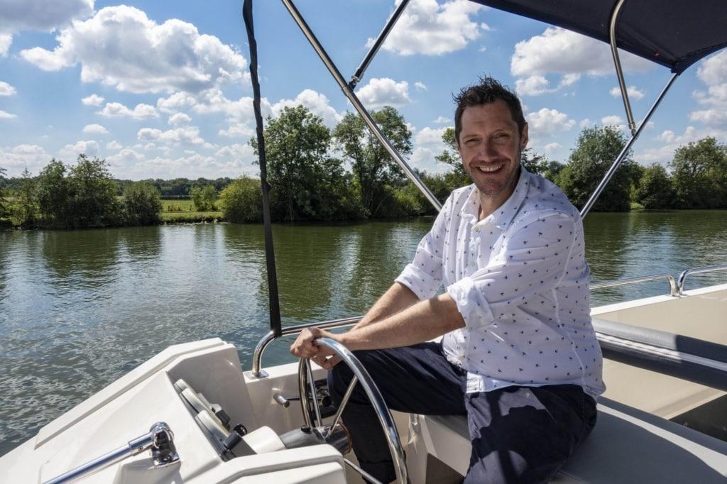 Mirko Reeh am Steuer eines Hausboots auf der Saone
