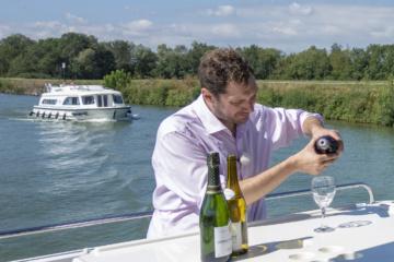 Weinverkostung auf dem Hausboot
