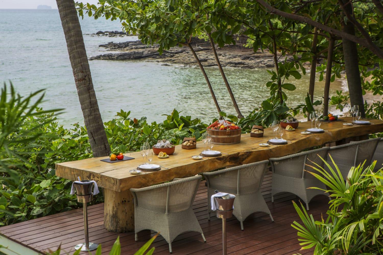 Gedeckter Holztisch an tropischem Ufer