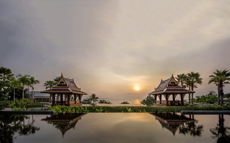 Infinity Pool in Sonnenuntergang und Asiatischen Häuschen