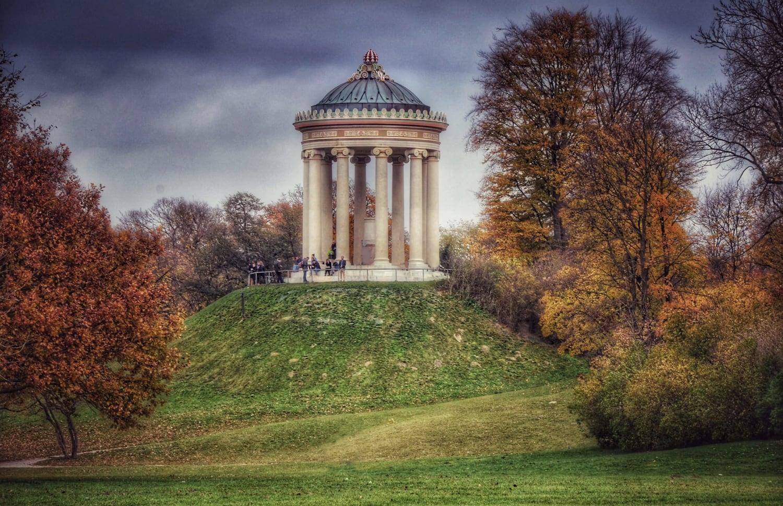 Pavillion auf grünem Hügel im Herbst