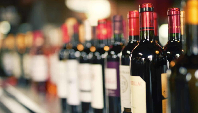 Viele Rotweinflaschen aneinandergereiht