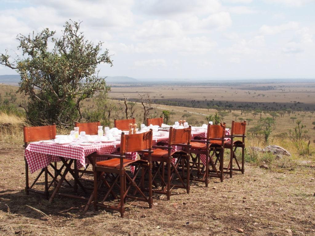 Singend und tanzend wird Autorin Marie Tysiak vom Team des One Nature Nyariuswiga in der Serengeti zu einem Busch-Frühstück überrascht.