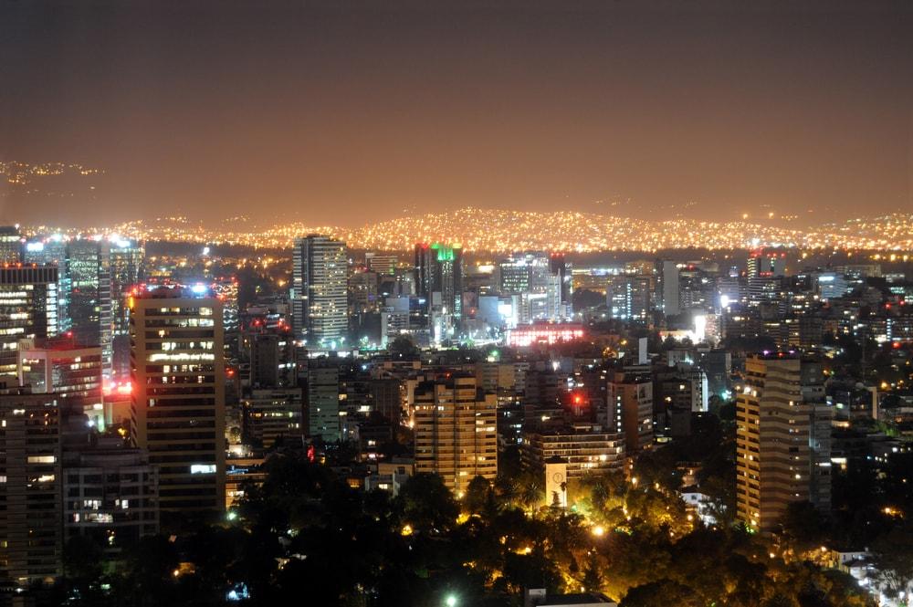 Skyline bei Nacht mit tausend von Lichtern