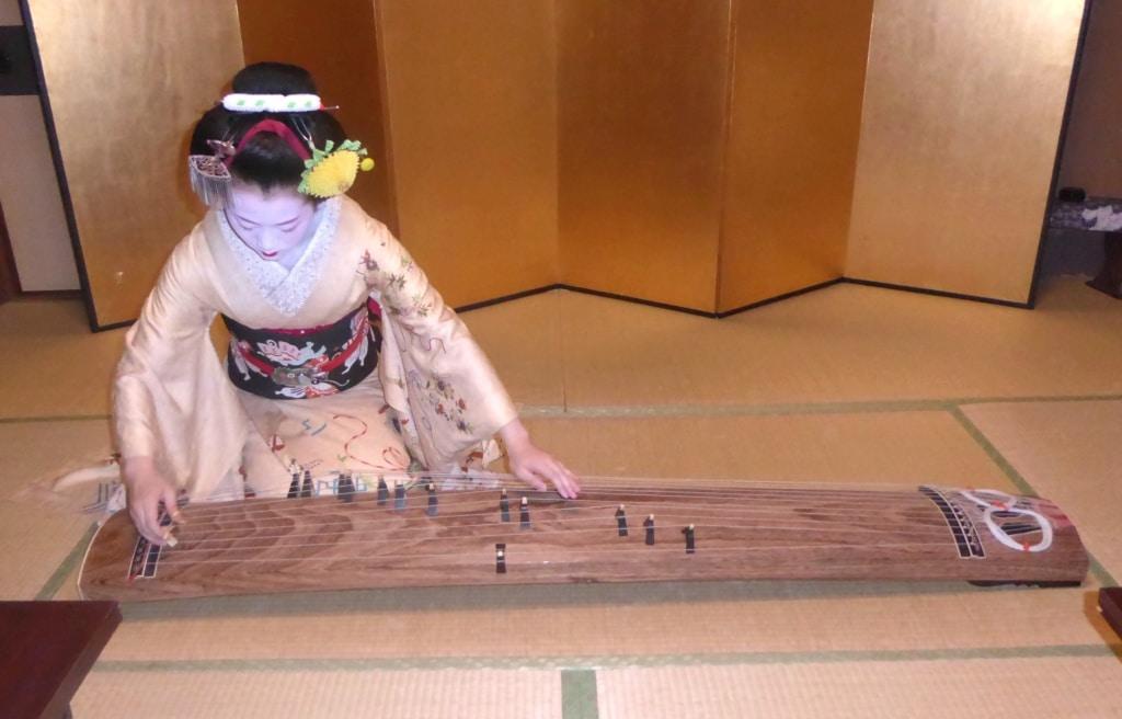 Geisha in Japan beim Musizieren
