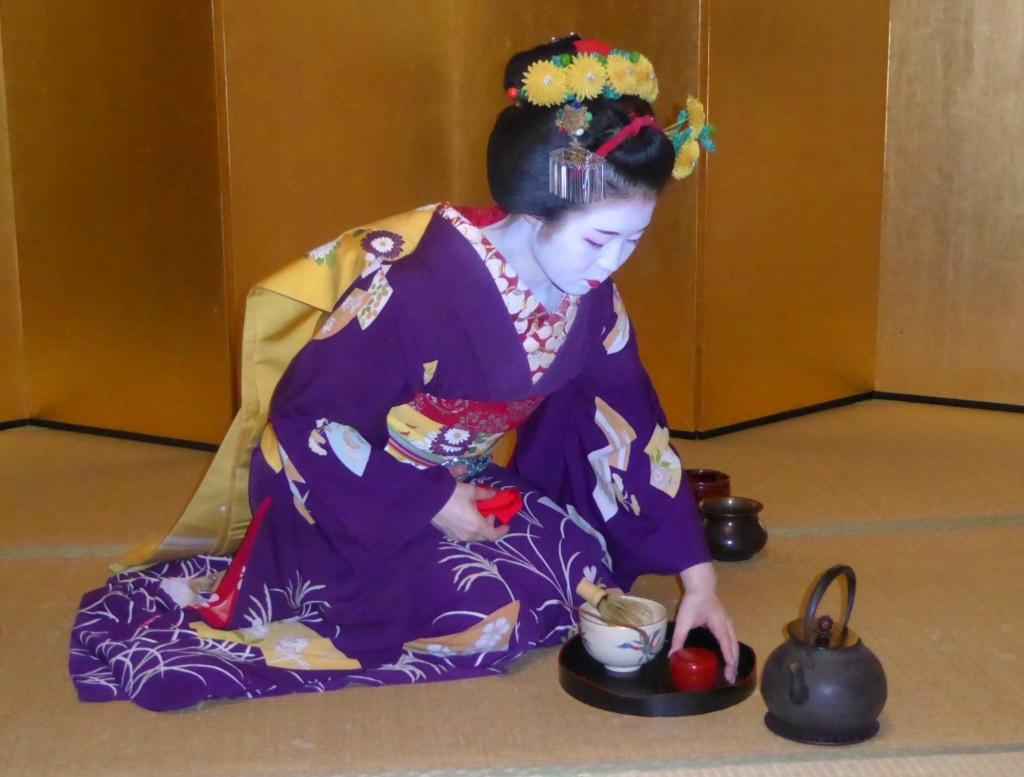Geisha in Japan bei der Teezubereitung