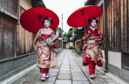 Geishas in Japan auf der Straße
