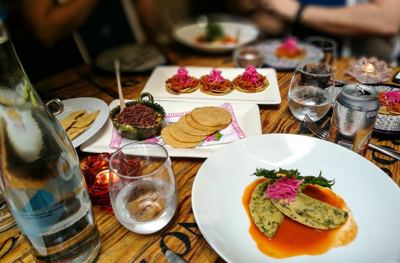 Tisch mit vielen leckeren Speisen