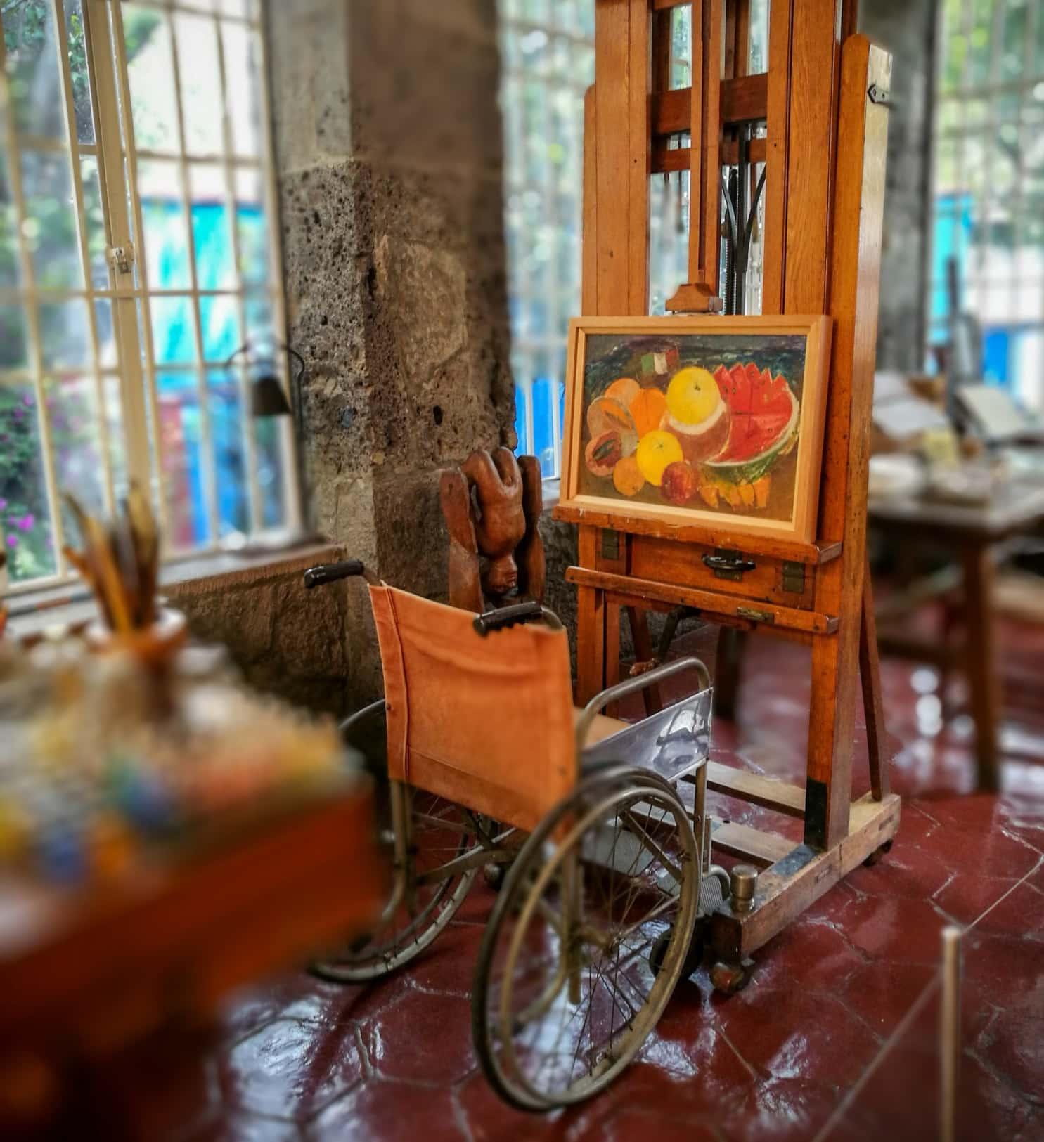 Frida Kahlos Haus mit Rollstuhl und Gemälde