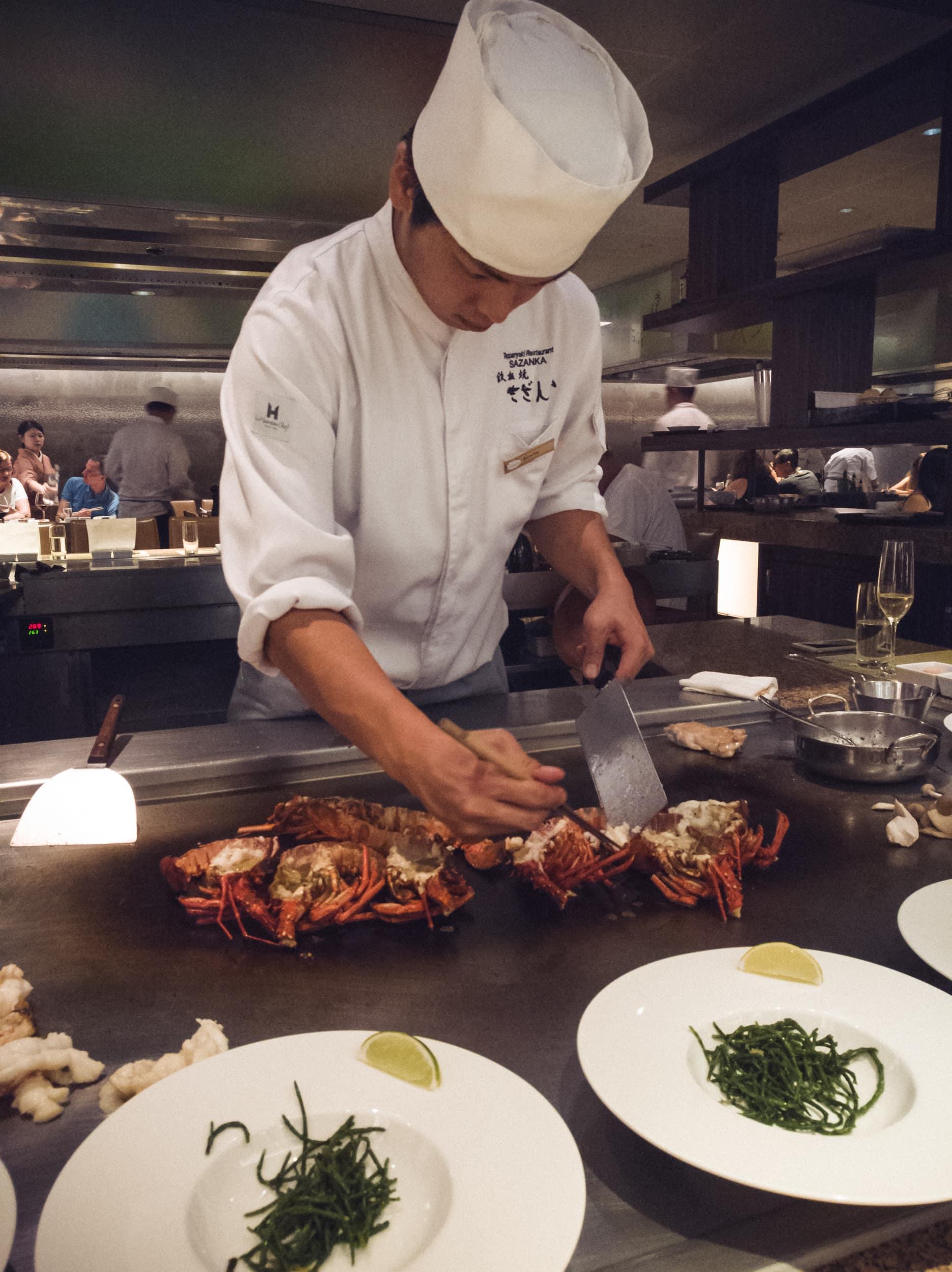 Japanischer Koch bereitet Hummer vor.