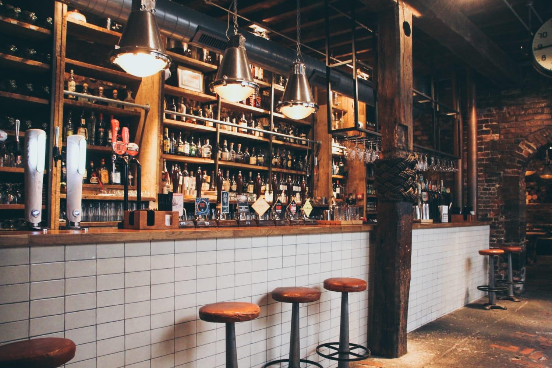 Altes Pubs mit Bier und Barhockern