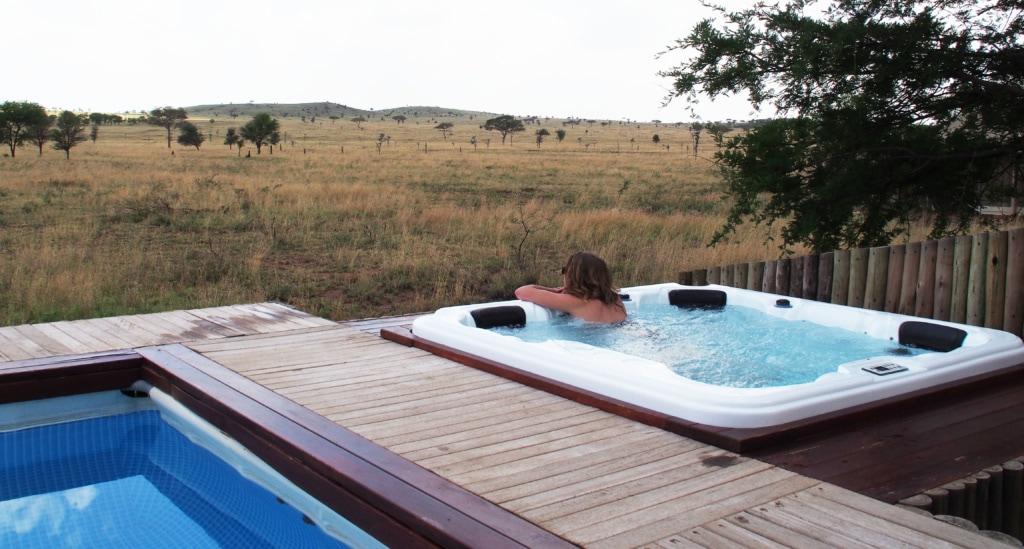 Während der Mittagshitze verziehen sich die Tiere in den Schatten – und die Gäste des One Nature Nyaruswiga Camps in den Pool.