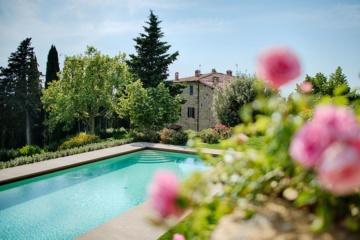 Blick auf den Pool des Weinguts Gagliole in der Toskana