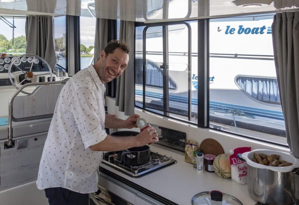 Mirko Reeh in der Küche auf einem Hausboot im Burgund