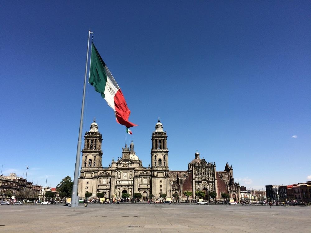 Mexiko Flagge inmitten großen Platzes mit Kathedrale
