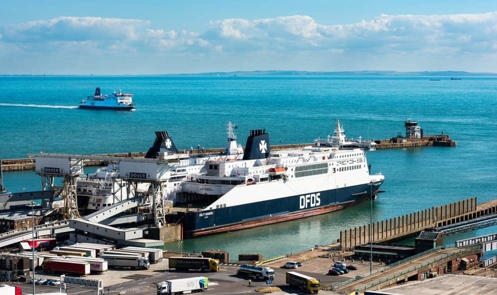 DFDS Fähre an Hafen mit blauem Wasser