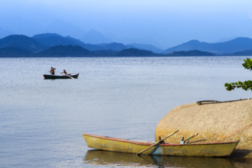 Zwei Fischerboote im Meer mit Bergpanorama