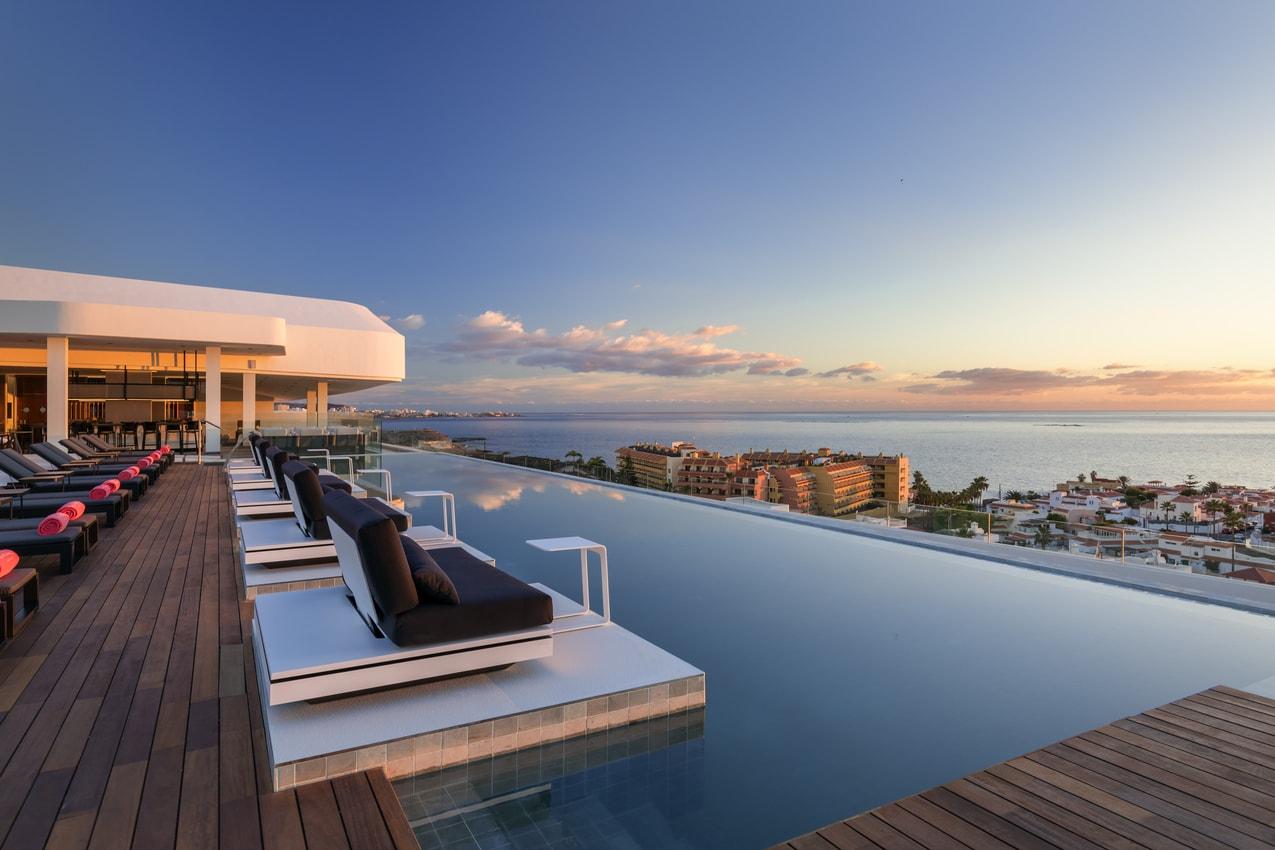 Luxus-Rooftop-Pool mit Blick auf das Meer