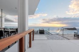 Rooftop Bar mit Pool und Blick aufs Meer.