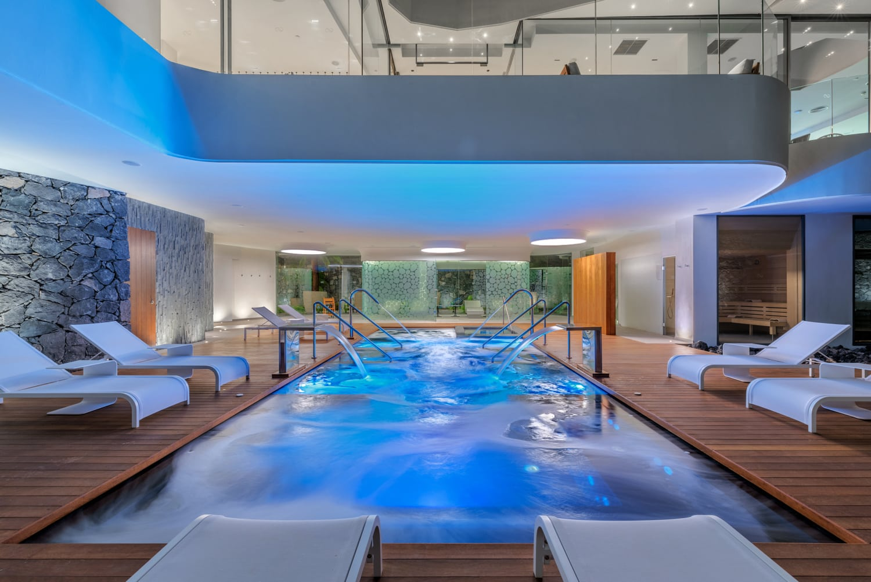 Indoor Luxuspool mit Beleuchtung und Liegen