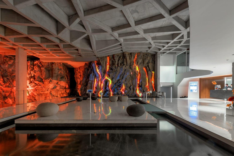 Futuristische Hotellobby mit Lavaähnlicher Wand.