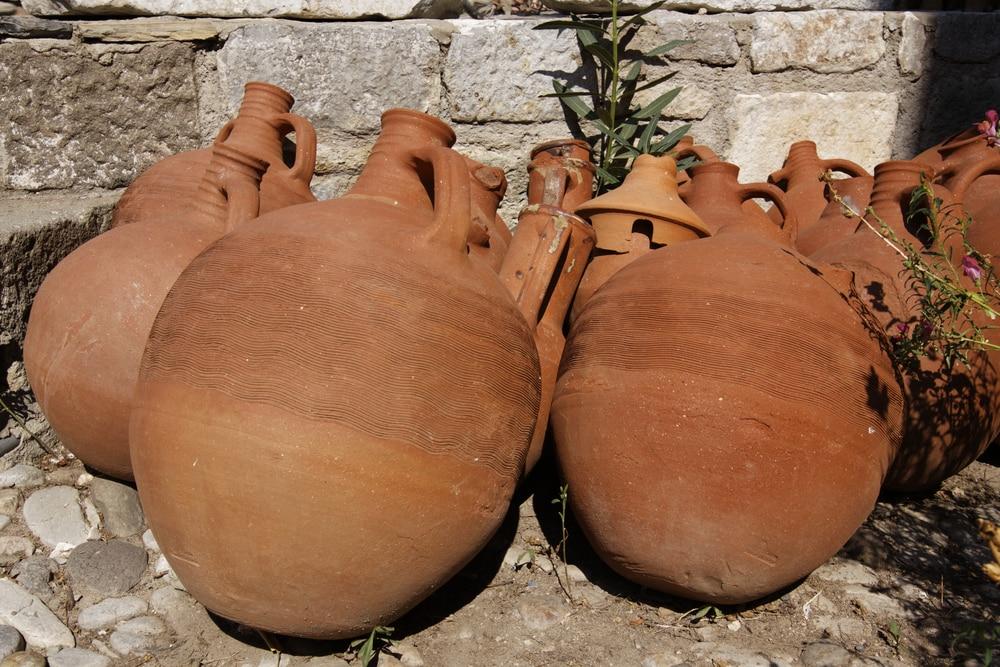 Amphoren zur Weinlagerung in Garten.