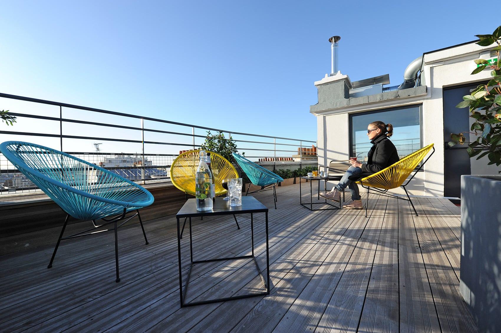 Hostelbesucher beim Entspannen auf der dachterasse im Les Piaules in Paris