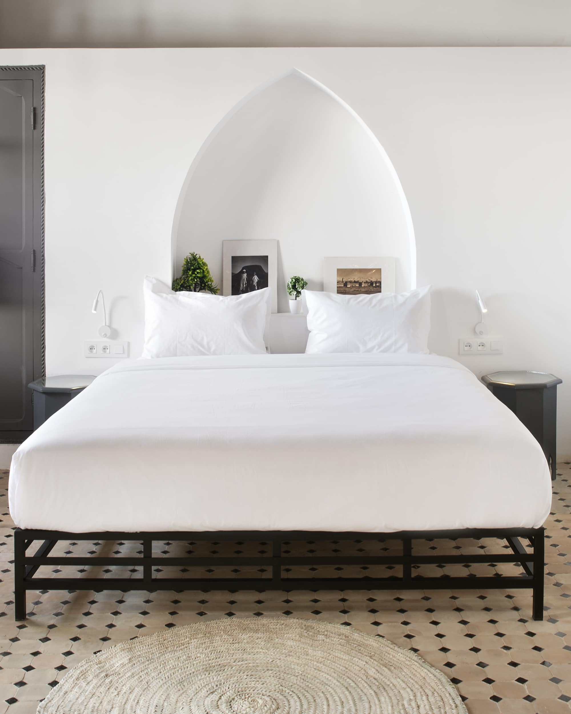 Weiße Eleganz dominiert die Schlafräume im Rodamon Hostel in Marrakesch
